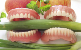 Чем чистить съемные зубные протезы