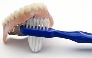 Разновидности зубных щеток для протезов